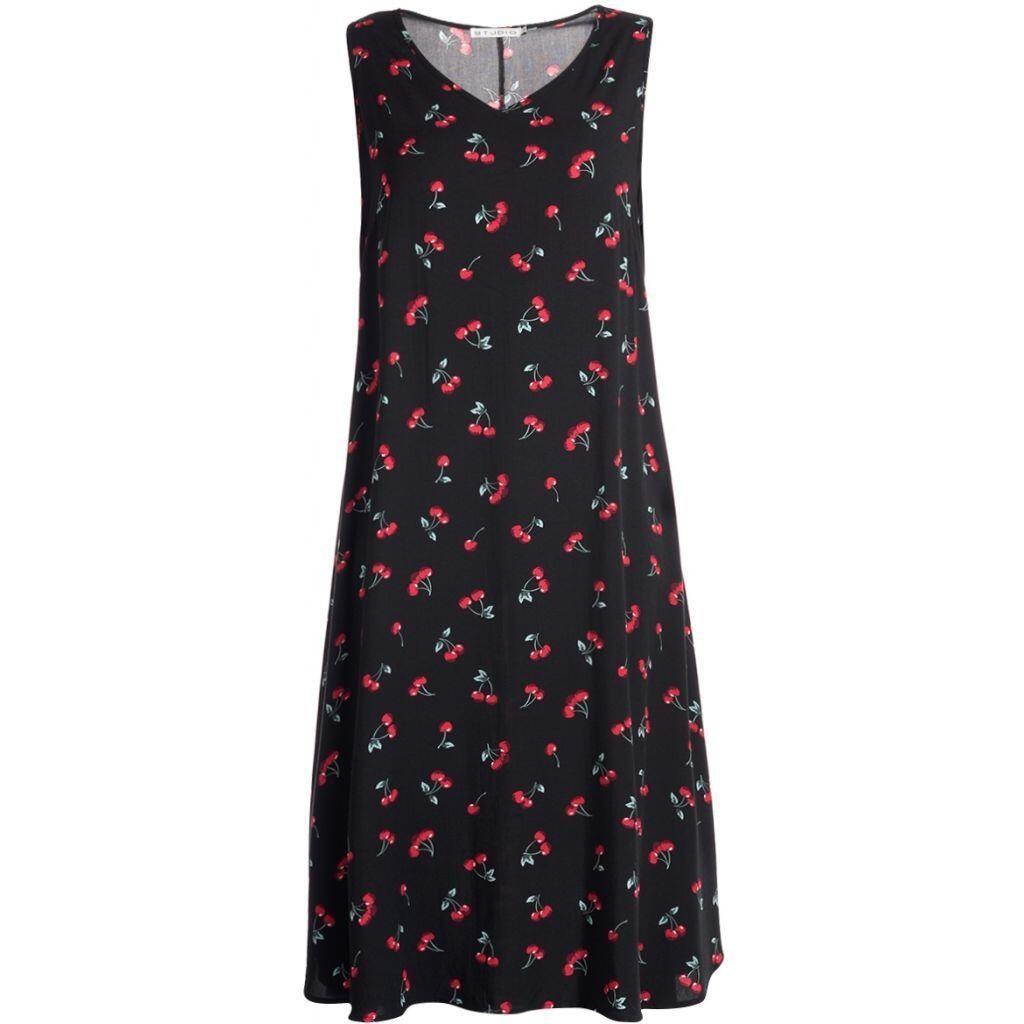 07bbf723 Sort kjole med røde kirsebær - Studio S173836